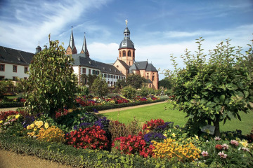 Main_Seligenstadt_Basilika_mit_Konventgarten.jpg