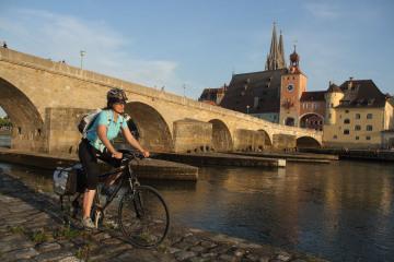 Deutsche_Donau_Regensburg_Steinerne_Bruecke_Funf-Flusse-RadwegcGerhard_Eisenschink.jpg
