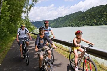Donau_Pa-Wi_Donauradweg_-_Familie_cDonau_OO_Weissenbrunner.jpeg
